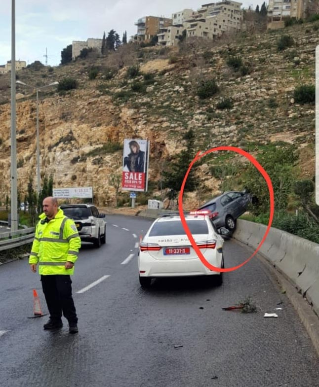 תאונה בכביש פרויד - רכב התנגש ועלה על מעקה הבטיחות (צילום: משטרת ישראל)