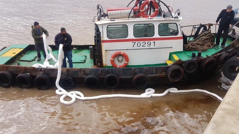 זיהום ים ברציף הכימיקלים בנמל חיפה (צילום: ניר לוינסקי - המשרד להגנת הסביבה)