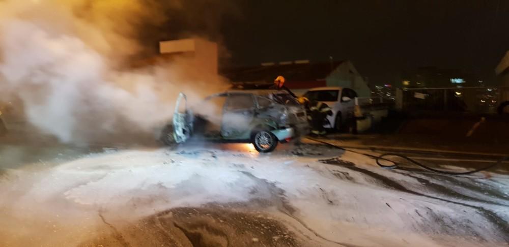 רכב נפגע מברק במרטין בובר בחיפה (צילום: גיא הולצמן)