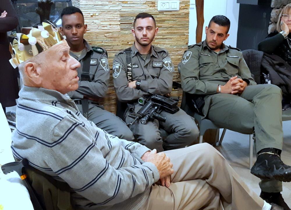 """שוטרי יחידת מג""""ב חוף עם ניצול השואה שרצר(צילום אדיר יזריף)"""