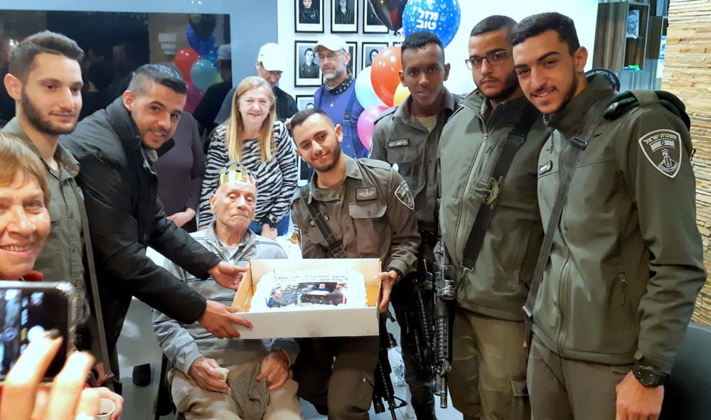 עוגת יום ההולדת אותה אפה במיוחד שוטר היחידה. (אדיר יזירף)