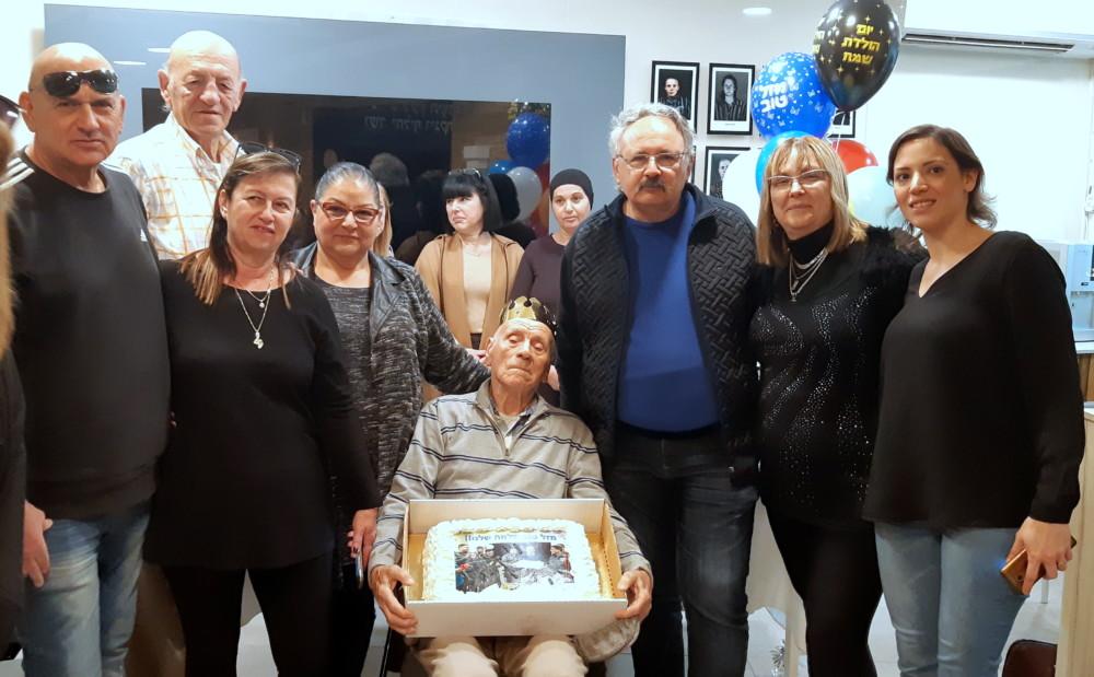 בני משפחתו של ניצול השואה שלמה שרצר שהגיעו לחגוג את יום הולדתו.(אדיר יזירף)