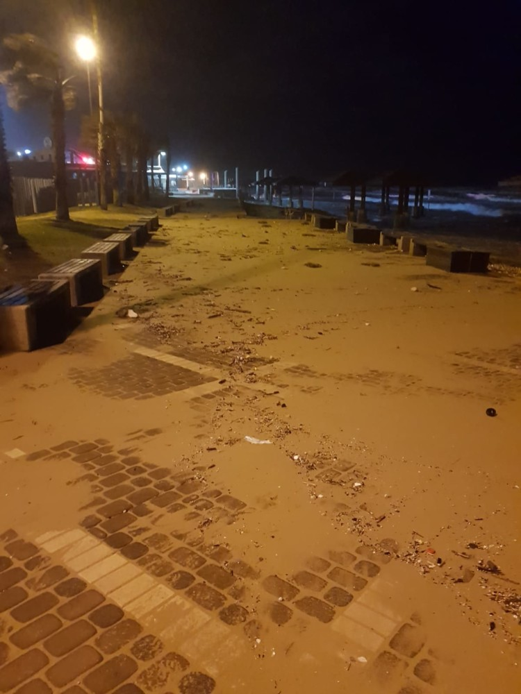 הטיילת כוסתה בחול - נזקי הסערה בטיילת דדו בחיפה - 16/1/2019 (צילום: מקסים גורבץ')