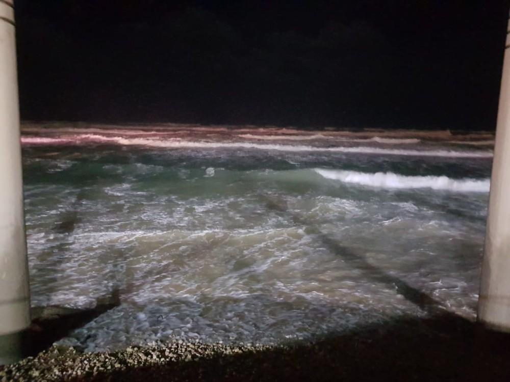 הים הסוער - נזקי הסערה בטיילת דדו בחיפה - 16/1/2019 (צילום: מקסים גורבץ')