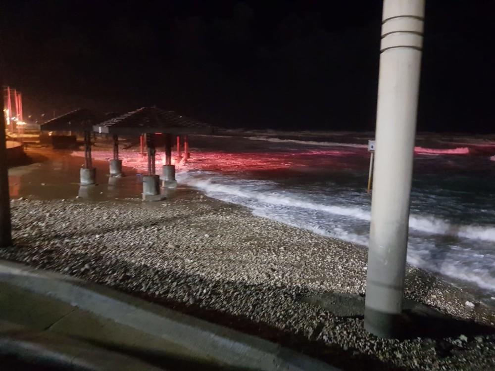 החול נעלם ותחתיו נותרו רק אבנים - נזקי הסערה בטיילת דדו בחיפה - 16/1/2019 (צילום: מקסים גורבץ')