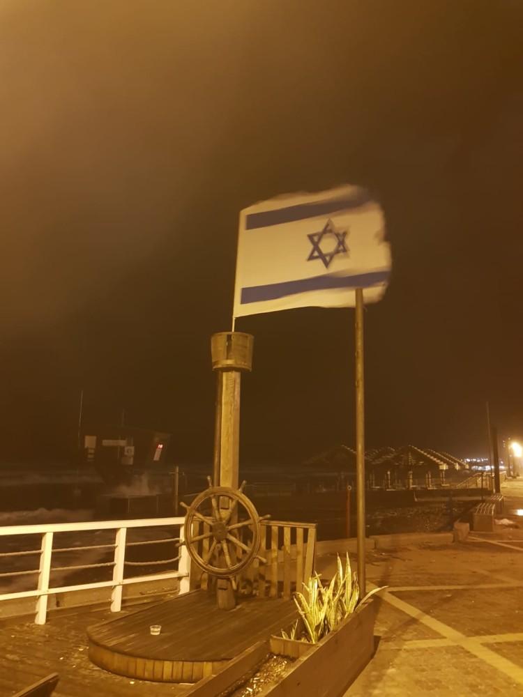 דגל ישראל שחציו נקרע - נזקי הסערה בטיילת דדו בחיפה - 16/1/2019 (צילום: מקסים גורבץ')