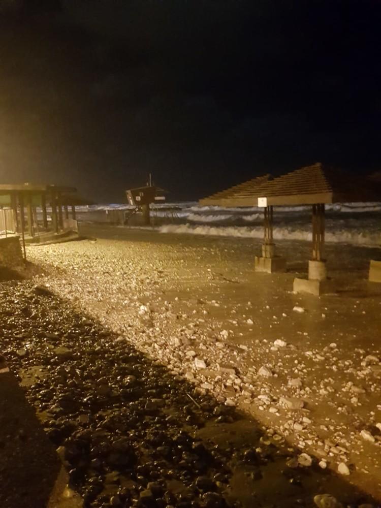 הדשא נעלם - נזקי הסערה בטיילת דדו בחיפה - 16/1/2019 (צילום: מקסים גורבץ')