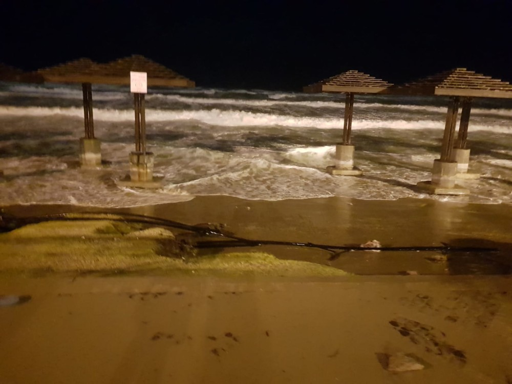 הדשא נמחק כליל וכך גם מצע החול שתחתיו - נזקי הסערה בטיילת דדו בחיפה - 16/1/2019 (צילום: מקסים גורבץ')