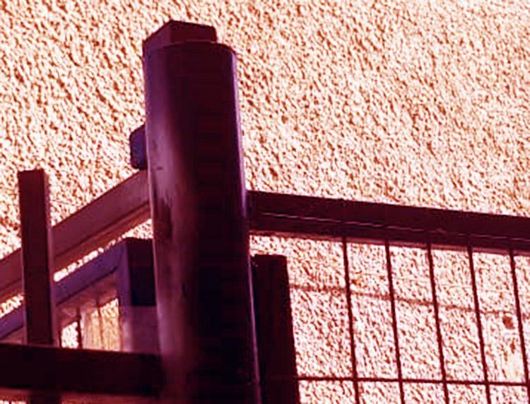 תלמידה אבדה אצבע על גדר בית הספר - החלק העליון בגדר אשר בו נתפסו האצבעות (צילום: חי פה)
