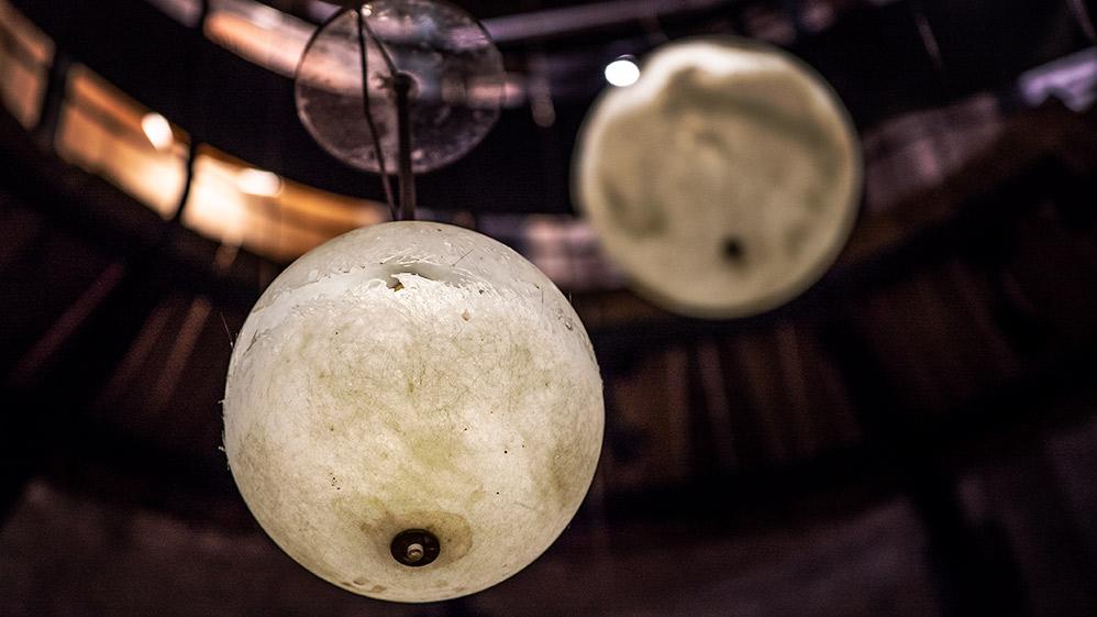 מאורות • מיצב תאורה במגדל המים בקריית טבעון • קרן נחושתן (צילום: ירון כרמי)
