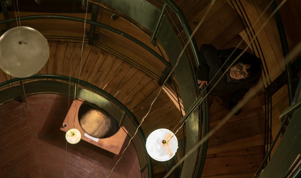 קרן נחושתן - אמנית יוצרת • מאורות • מיצב תאורה במגדל המים בקריית טבעון (צילום: ירון כרמי)