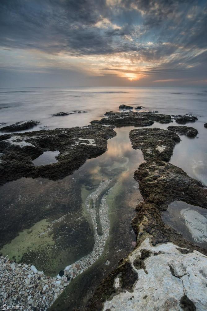 מים שקטים בשקמונה - הים התיכון ברגע נדיר (צילום: אלינה ליברמן)