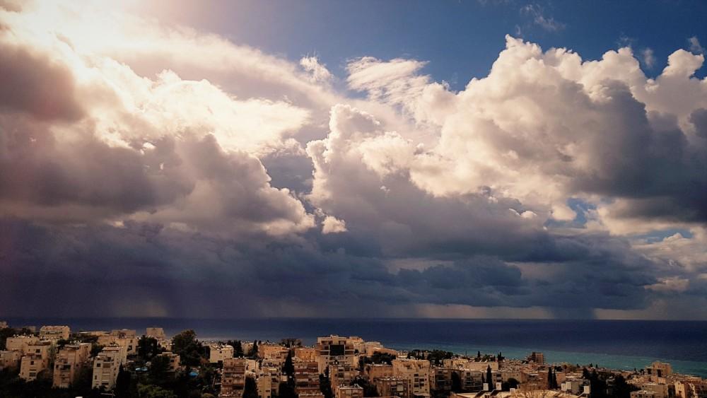 ענני סערה מעל הים (צילום: נילי בנו)