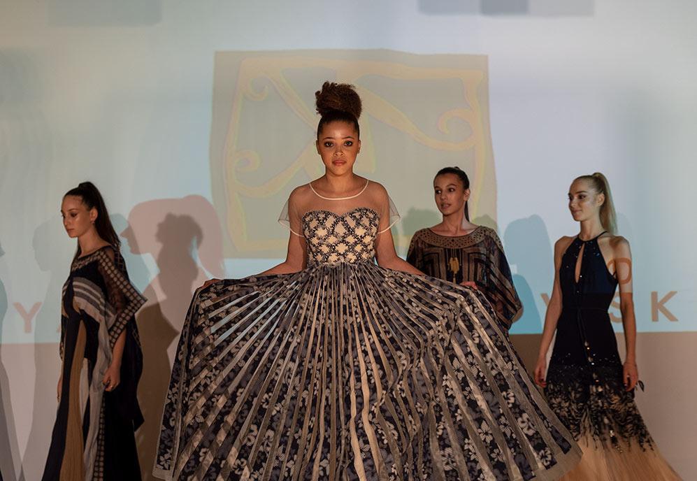 דוגמנית בתצוגת אופנה - הקולקציה של ירון מינקובסקי (צילום: ירון כרמי)