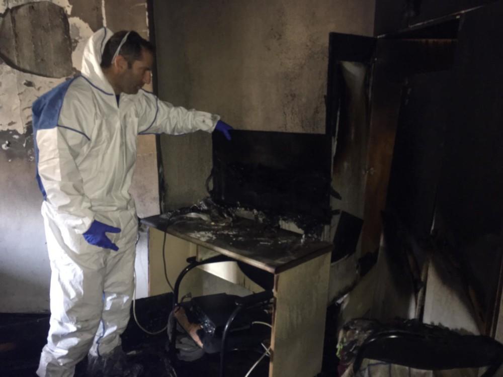 חוקרי המחלקה לזיהוי פלילי של משטרת ישראל בדירה שנשרפה בעיר נשר 19/01/2019 (צילום: משטרת ישראל)