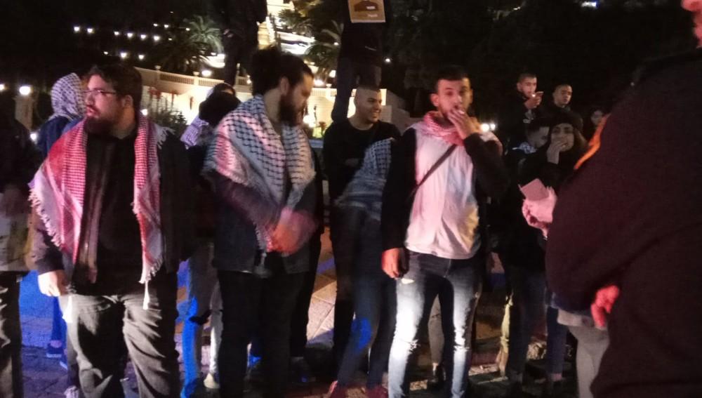 מפגינים פלסטינאים - הפגנת הזדהות עם האסירים הפלסטיניים ועם תושבי עזה (צילום: חגית אברהם)