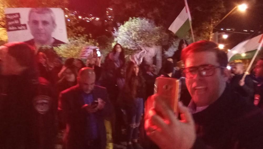 חבר הכנסת אורן חזן מול המפגינים - הפגנת הזדהות עם האסירים הפלסטיניים ועם תושבי עזה (צילום: חגית אברהם)