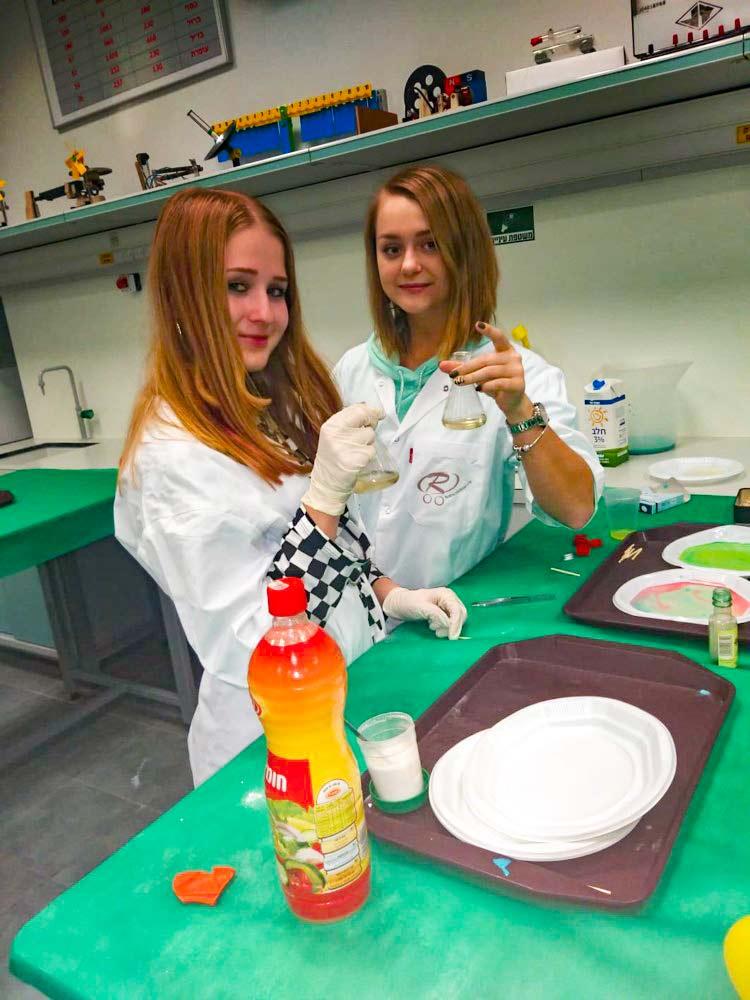 ניסויים בכימיה - היום הפתוח - בית הספר בסמת (צילום: חי פה)