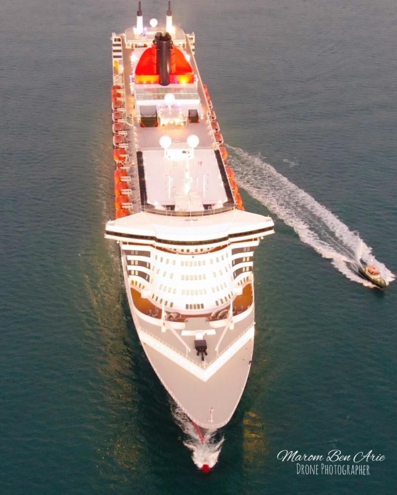 אניית הפאר קווין מרי 2 נכנסה לנמל חיפה (צילום: מרחפן מרום בן אריה)