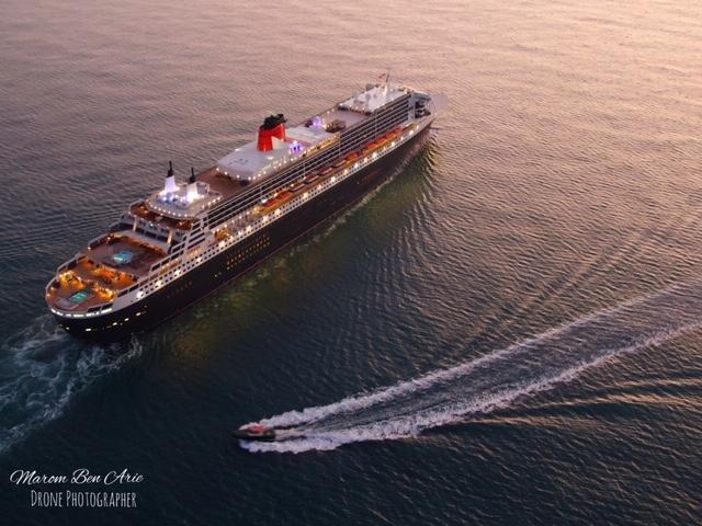 אניית הפאר קווין מרי 2 נכנסה לנמל חיפה (צילום: בן אריה מרום)