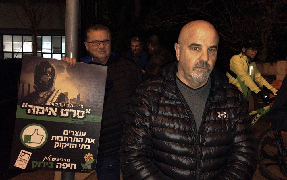 ירון חנן בהפגנה מול בית כחלון (צילום: מיכל ירון)