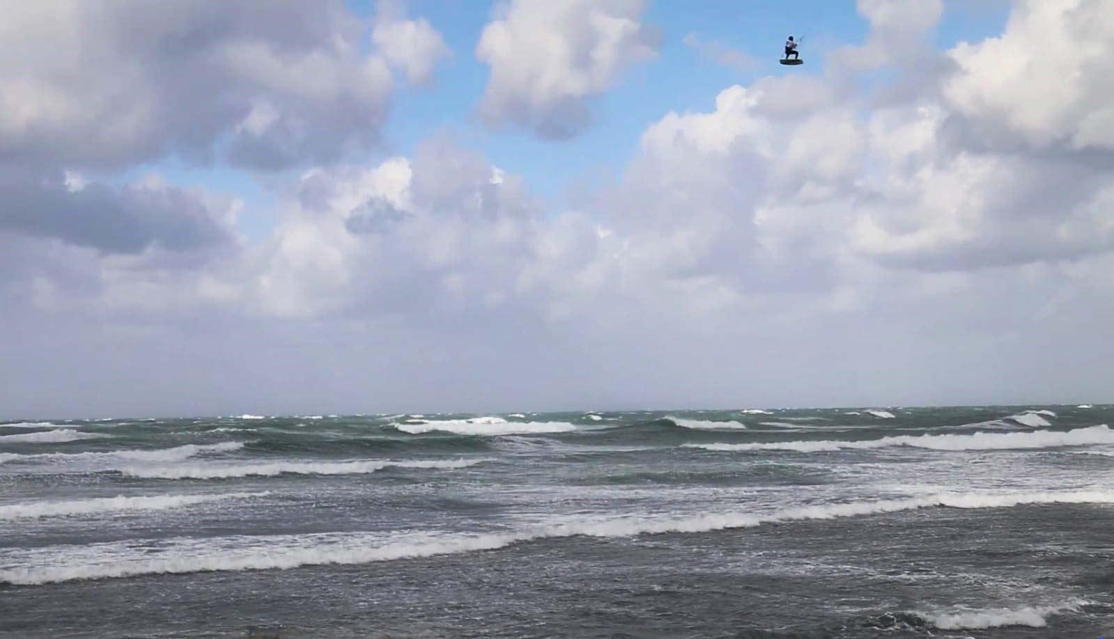 קייטסרפינג: הגולש אריאל חכם בקפיצות לגובה של 26 מטרים ומרחק של מעל 100 מטרים (צילום: צחי כהן - יבואן גלשני CORE)