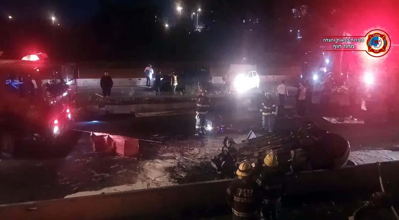 תאונה קטלנית בין גשר פז לצ'ק פוסט בחיפה • 2 הרוגים • הרכב התרסק ועלה באש 11/01/2019 (צילום: לוחמי האש)