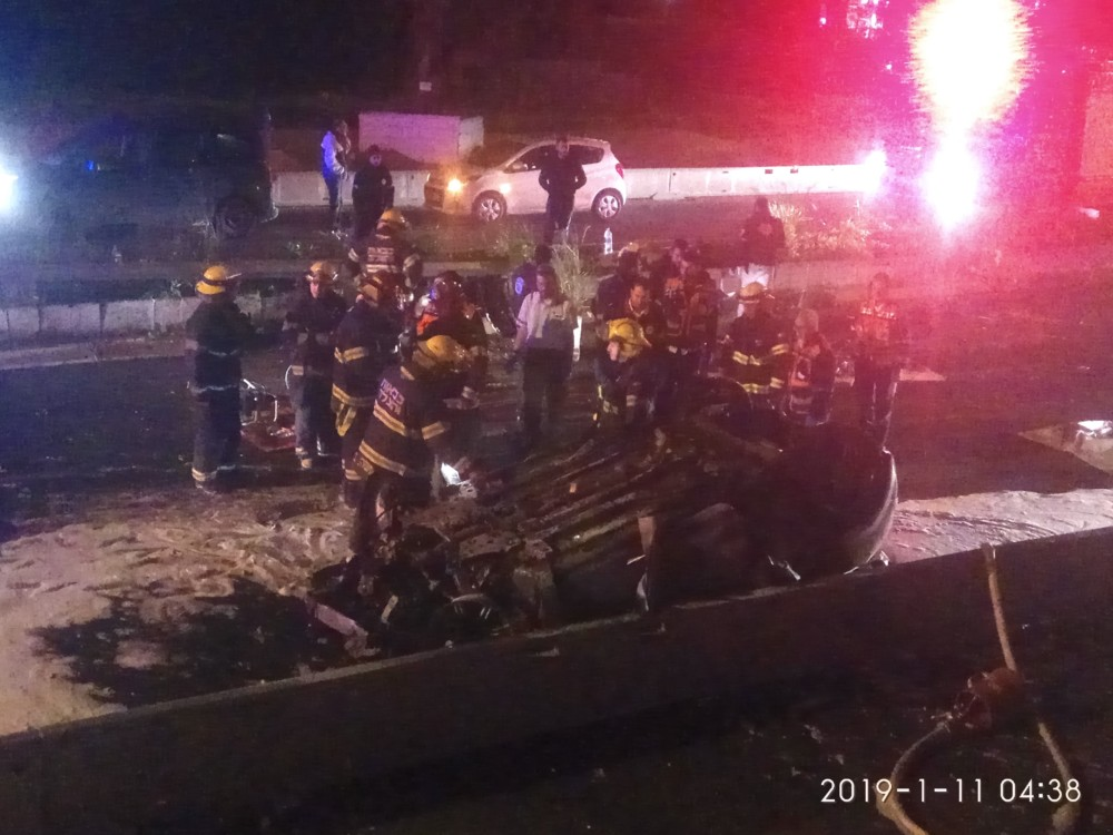 תאונה קטלנית בין גשר פז לצ'ק פוסט בחיפה • 2 הרוגים • הרכב התרסק ועלה באש 11/01/2019 (צילום: איחוד הצלה)