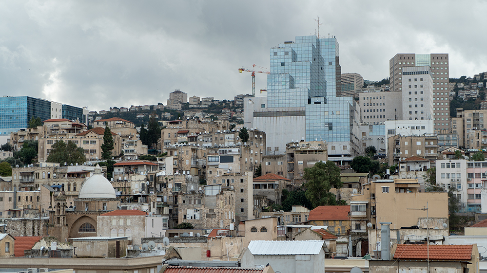 מבט אל הדר הכרמל מגגות העיר התחתית של חיפה - סיור מייקרים בעיר התחתית (צילום: ירון כרמי)