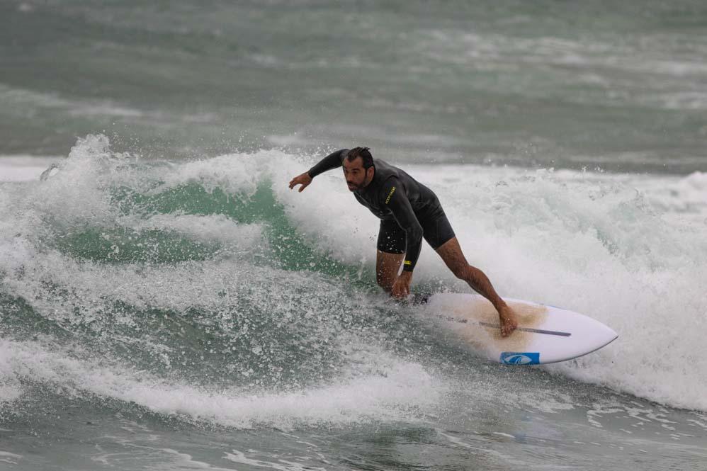 גולשי הגלים של חיפה בגלי סערה בחוף הבק דור 7/1/2019 (צילום: שי מזור)