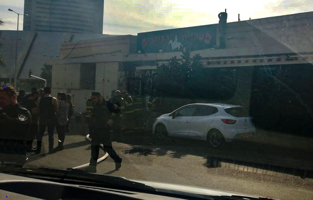שרפה במסעדת הבוקרים - לוחמי האש בכניסה למסעדה (צילום: אור אלמליח)