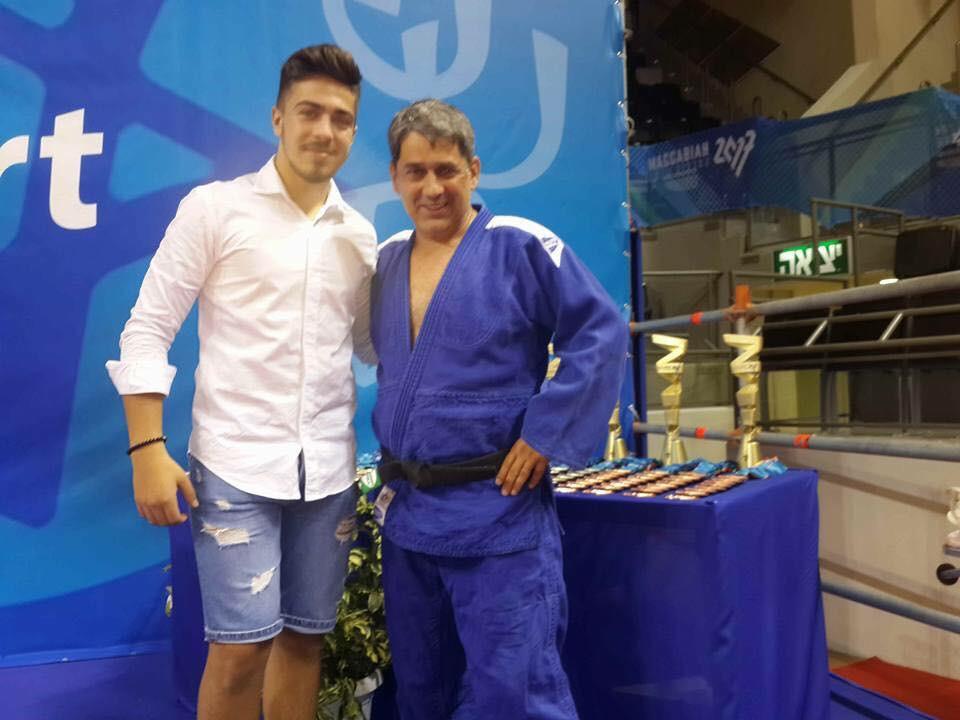 לזר קפלון ובנו, באחת מתחרויות הג'ודו בהם השתתף (צילום: אלבום אישי)