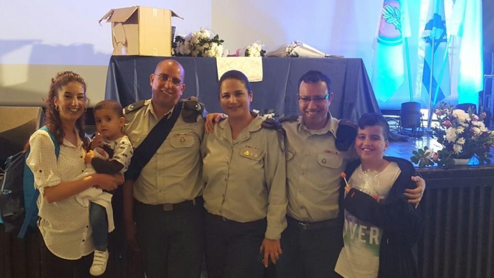 אביחי אזרד - שני משמאל, עם בני משפחתו