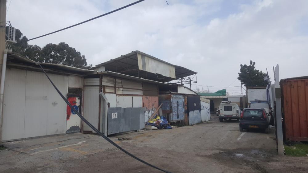 המוסך הבלתי חוקי שנהרס (צילום: פקחי רשות מקרקעי ישראל)