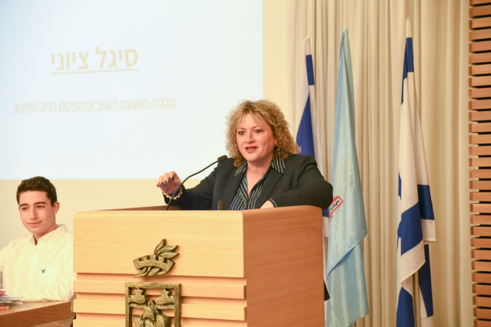 סיגל ציוני במליאת מועצת הנוער העירונית של חיפה (צילום: עדי אביקזר)