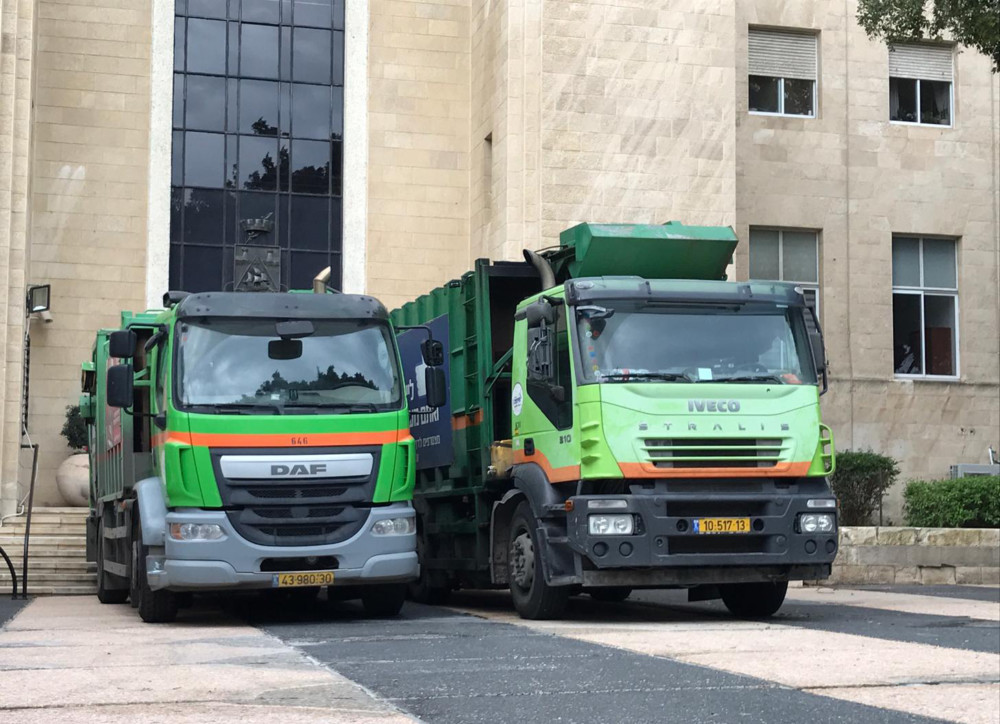 משאיות זבל חוסמות את היכל עיריית חיפה (צילום: נגה כרמי)