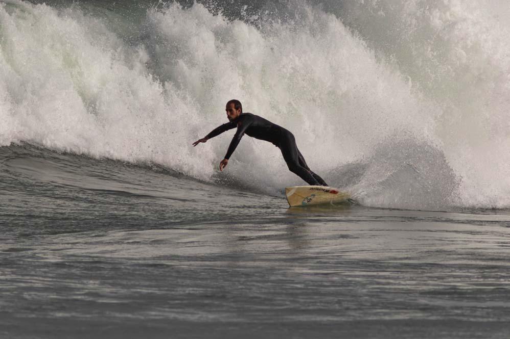 גלישת גלים בגלי סערה - חוף הבק דור בחיפה (צילום: שי מזור)
