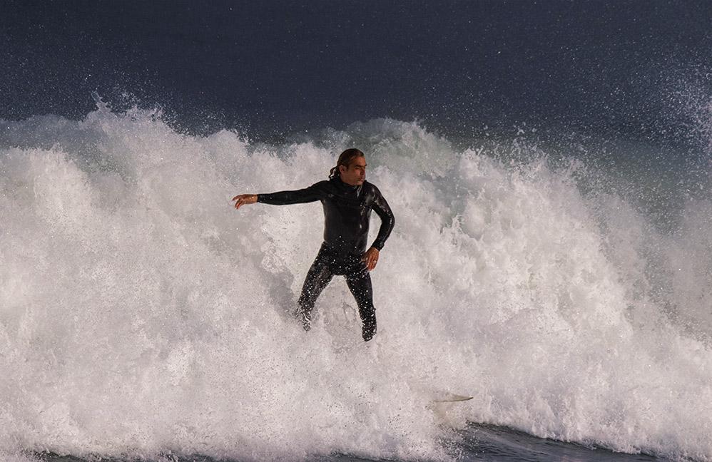 גולשי גלים בגלי סערה - חוף הבק דור בחיפה (צילום: שי מזור)