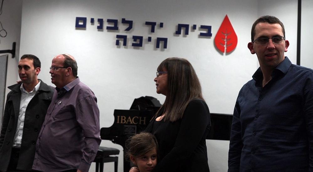 יוסי מורג על הבמה - מלווה בבני משפחתו (צילום: ירון כרמי)