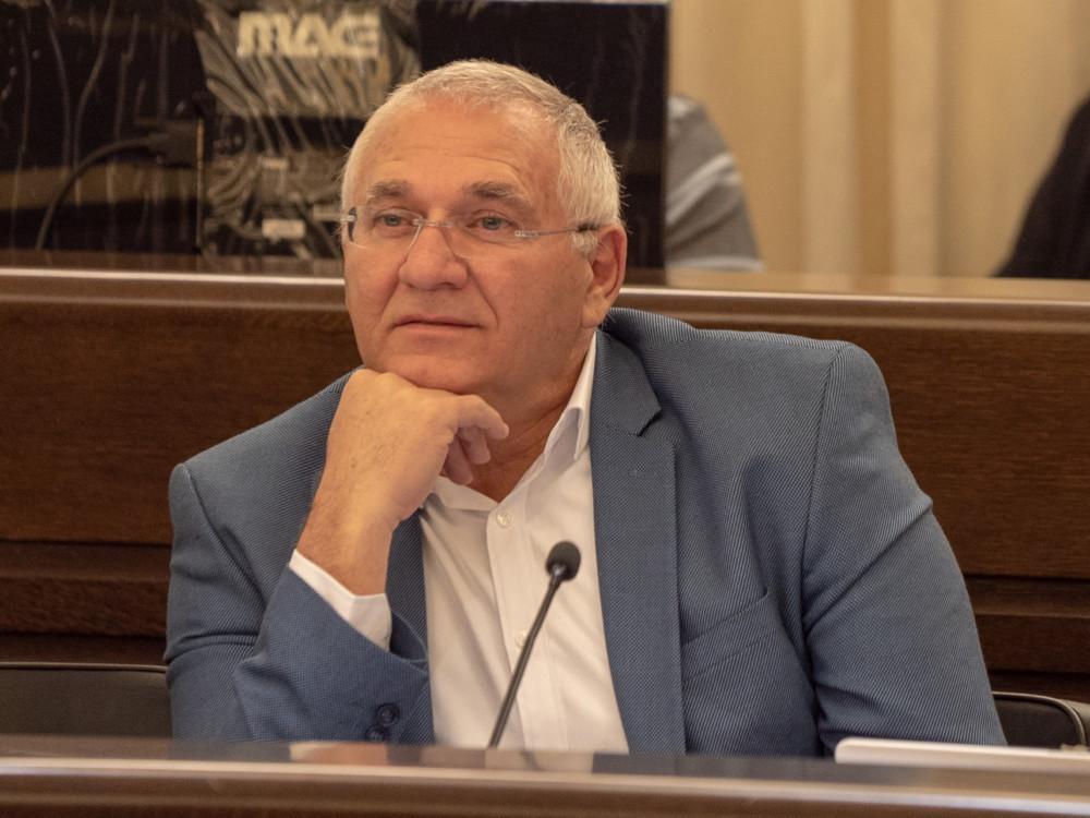 אביהו האן בעת הדיון בעיריית חיפה אודות הוצאתו מוועדת השימור (צילום: ירון כרמי)