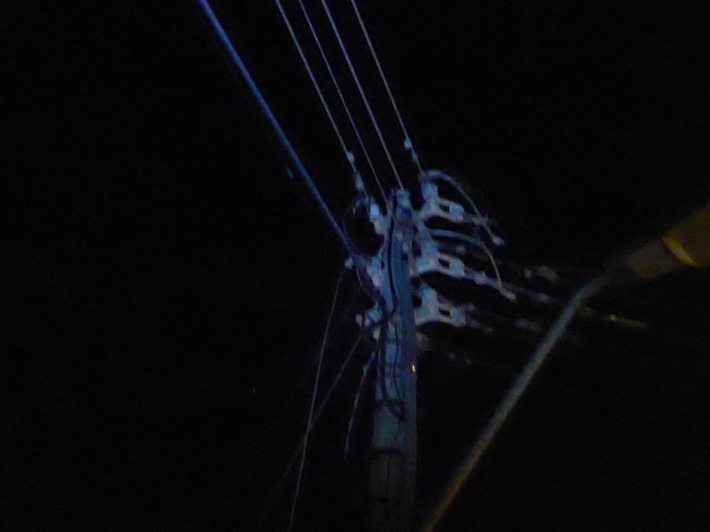 כבל החשמל שנקרע הערב ברחוב נעמי בחיפה וגרם להפסקת חשמל (צילום: עמית ראב)