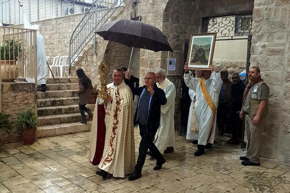 """תהלוכת """"מארון הקדוש"""" התקיימה במזג אוויר גשום בחיפה (צילום: חנא נחאס)"""