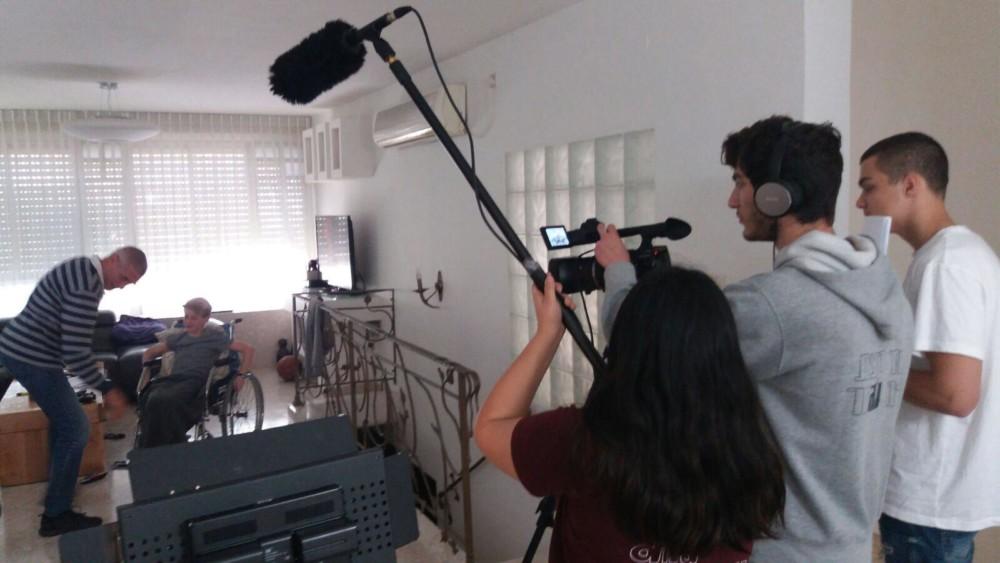 """צוות ההפקה בסרט """"אבא טוב"""" - בית הספר """"עירוני ה' """" בחיפה- זהב בפסטיבל הסרטים"""