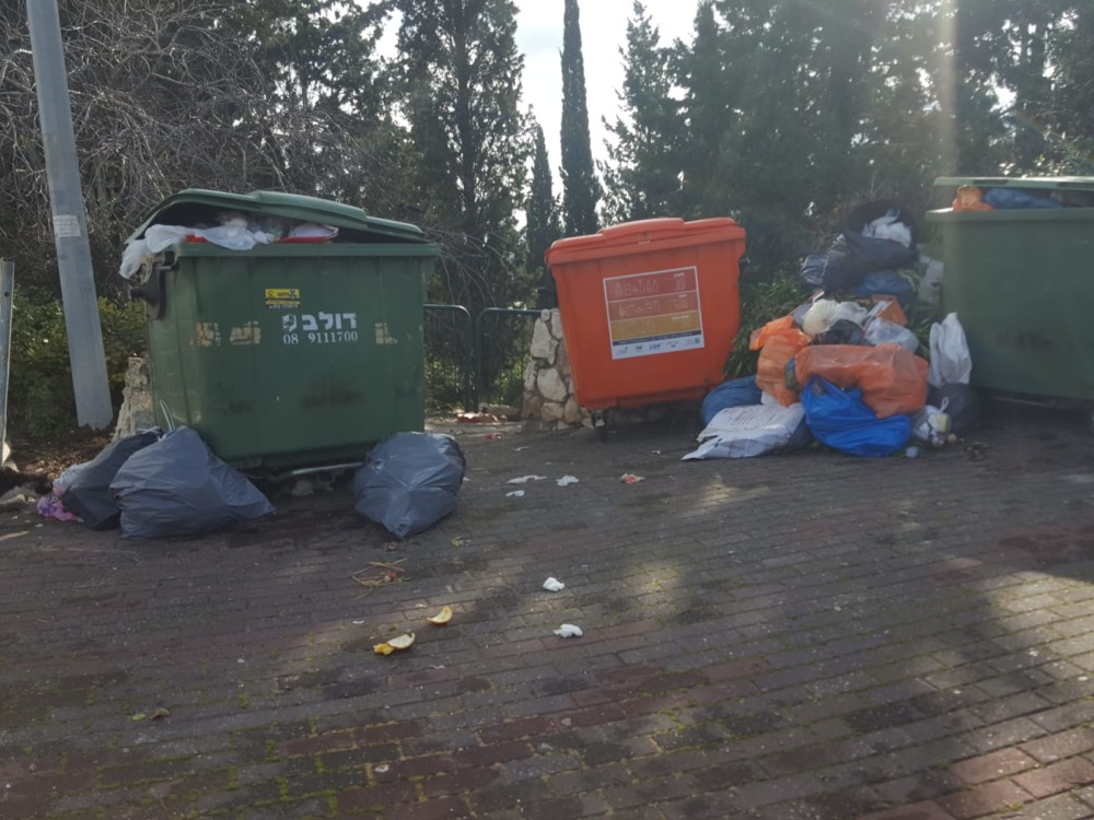 השביתה בחיפה - הרי הזבל ברחוב כספרי (צילום: יעל בן חיים)