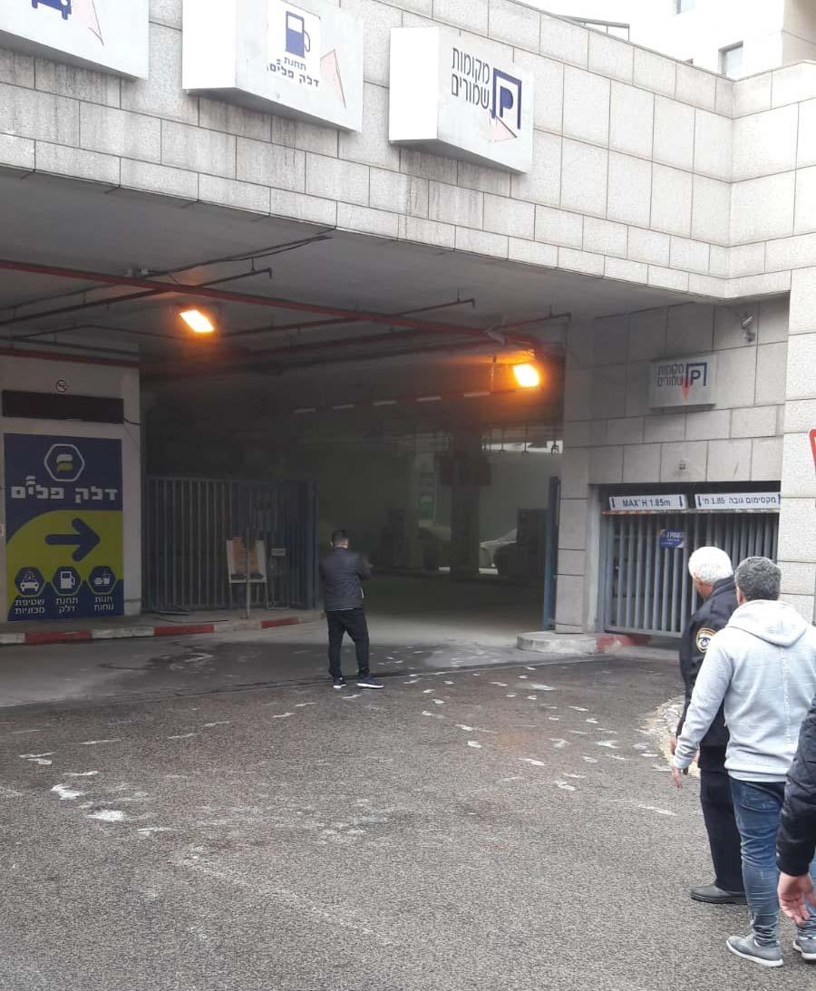 תקלה בתחנת הדלק בפל ים בחיפה - מטפי הכיבוי פרקו אבקה על האנשים והמכוניות שהיו במקום (צילום: סמי יחיא)