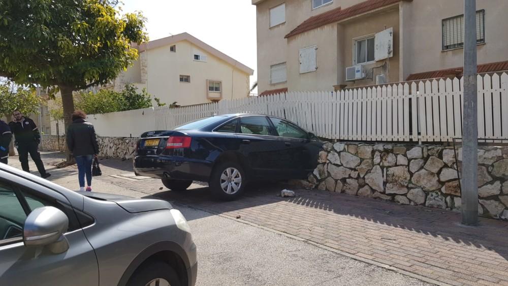 רכב נכנס בגדר בניין (צילום: איחוד הצלה כרמל)