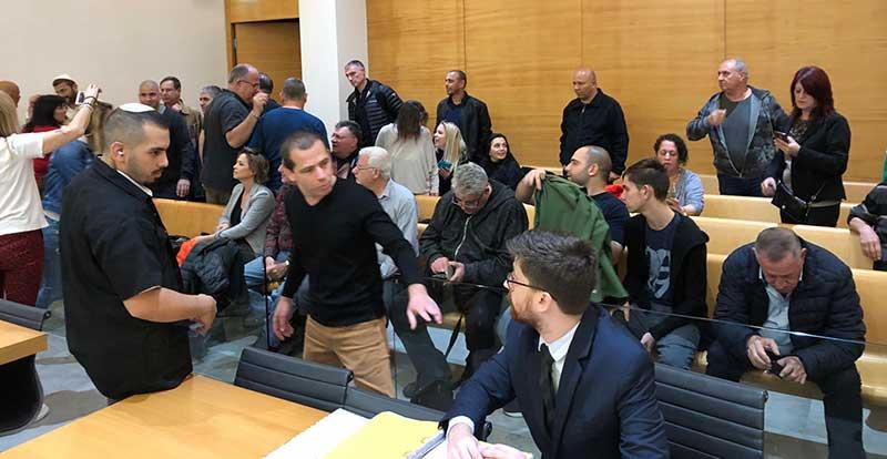 מתכנסים לדיון בבית המשפט בחיפה - צו מניעה נגד השביתה (צילום: ירון כרמי)