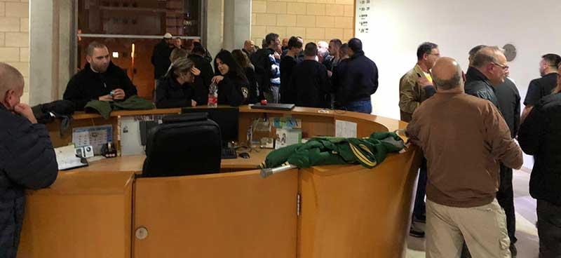 הקהל ממתין בחוץ להיוועדות בין הצדדים (צילום: ירון כרמי)