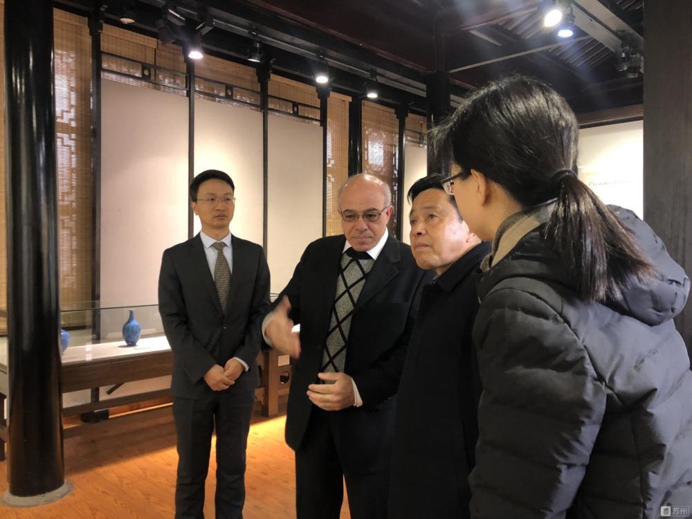 """ד""""ר כמיל סארי עם מארחיו הסינים בפתיחת התערוכה (צילום: כמי סארי)"""