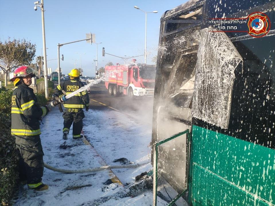 כיבוי אוטובוס שעלה באש בחיפה (צילום: לוחמי האש)